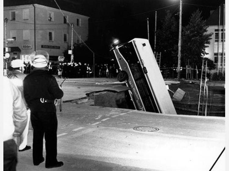 krater von m nchen 1994 bus von erdfall verschluckt drei menschen starben. Black Bedroom Furniture Sets. Home Design Ideas