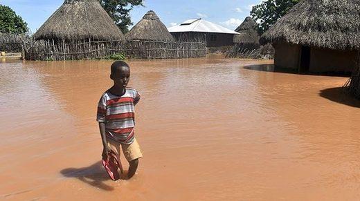 In Teilen Kenias waten die Menschen knietief durchs Wasser.
