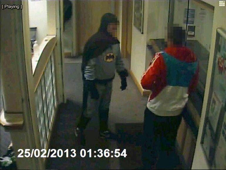 Mann im Batman-Kostüm bringt Verbrecher zur Polizeistation