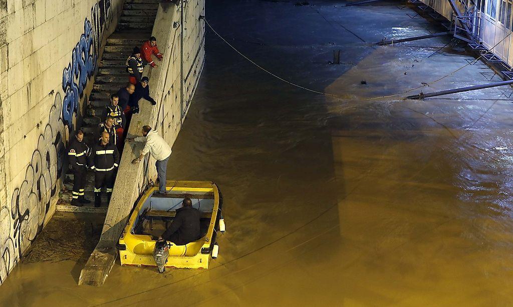 Überschwemmung in rom tiber über ufer getreten